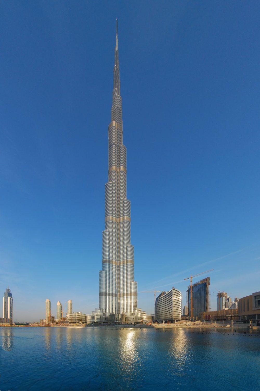 el edificio burj khalifa situado en dubai est considerado el ms alto del mundo y cuenta con el record tanto de la estructura el techo la antena y el