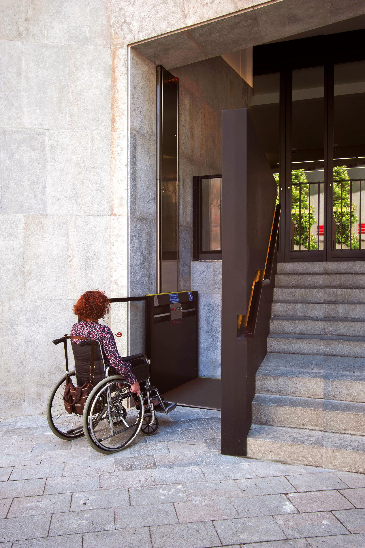 El salvaescaleras vertical un dispositivo ideal para for Barreras arquitectonicas